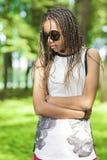 Concetti ed idee di stile di vita di anni dell'adolescenza Adolescente afroamericano con i Dreadlocks lunghi Fotografie Stock