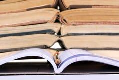 Concetti educativi (taccuino aperto con i libri) Fotografie Stock Libere da Diritti