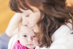 Concetti 'nucleo familiare': Ritratto di preoccuparsi madre caucasica ed i suoi Inf immagine stock