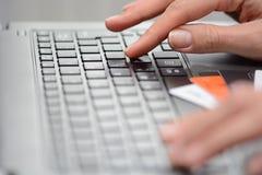 Concetti online di attività bancarie di Internet e di acquisto suggeriti da una donna che usando tecnologia e le carte di credito Fotografie Stock Libere da Diritti