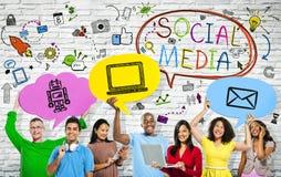 Concetti sociali di media con un gruppo di persone multi-etnico Fotografie Stock Libere da Diritti