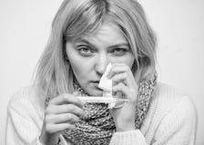 Concetto ad alta temperatura Prenda la temperatura e valuti i sintomi Temperatura di misura La donna ritiene lo starnuto male mal fotografia stock libera da diritti