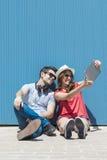 Concetto adolescente e di tecnologia di vacanze estive, - coppia di smil Fotografie Stock