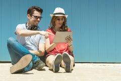 Concetto adolescente e di tecnologia di vacanze estive, - gli adolescenti guardano Immagini Stock