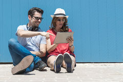 Concetto adolescente e di tecnologia di vacanze estive, - gli adolescenti guardano Fotografie Stock
