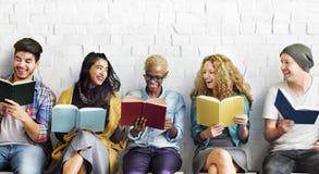 Concetto adulto di conoscenza di istruzione della lettura della gioventù degli studenti Immagine Stock Libera da Diritti