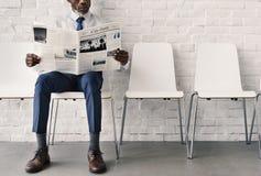 Concetto africano di Reading Newspaper Workplace dell'uomo d'affari immagine stock