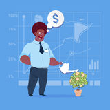 Concetto afroamericano di successo di finanza di Watering Money Tree dell'uomo d'affari Immagini Stock