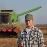 Concetto agricolo, agricoltore, soldi e raccolto Fotografie Stock