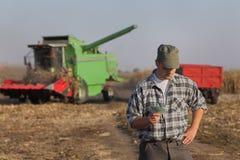 Concetto agricolo, agricoltore, soldi e raccolto Fotografia Stock