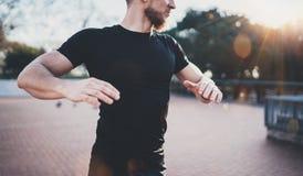 Concetto all'aperto di stile di vita di allenamento Il giovane che allunga il suo corpo muscles prima della formazione Il nero d' Fotografia Stock