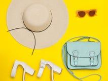 concetto alla moda Cappello della spiaggia del ` s delle donne, borsa, scarpe bianche Il YE Immagine Stock