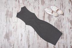 concetto alla moda Guardaroba femminile di estate Vestito e briciolo grigi Fotografia Stock