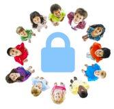 Concetto allegro dei bambini allegri di sicurezza del bambino Fotografie Stock Libere da Diritti