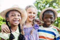 Concetto allegro della prole della natura delle ragazze dei ragazzi degli amici del bambino immagini stock