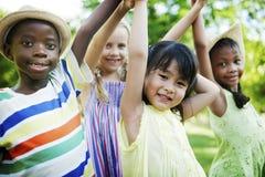 Concetto allegro della prole della natura delle ragazze dei ragazzi degli amici del bambino immagini stock libere da diritti