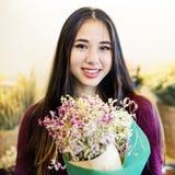 Concetto allegro di felicità del regalo del fiore del mazzo del fiore Fotografie Stock
