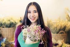 Concetto allegro di felicità del regalo del fiore del mazzo del fiore Fotografie Stock Libere da Diritti