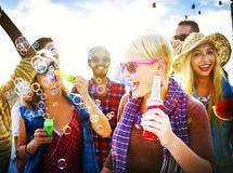 Concetto allegro di felicità di estate della spiaggia di dancing fotografie stock libere da diritti