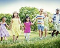Concetto allegro di felicità di infanzia dei bambini di amicizia Immagini Stock Libere da Diritti