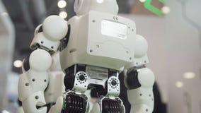 Concetto a alta tecnologia di scienza e di futuro Ballare astuto dei robot di umanoide Robot di dancing Concetto futuro di tecnol fotografia stock libera da diritti