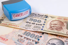 Concetto annullato della banconota Mahatma Gandhi sull'indiano 500, una banconota da 1000 rupie annullata Fotografie Stock Libere da Diritti