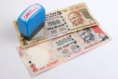 Concetto annullato della banconota Mahatma Gandhi sull'indiano 500, una banconota da 1000 rupie annullata Fotografia Stock