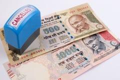Concetto annullato della banconota Mahatma Gandhi sull'indiano 500, una banconota da 1000 rupie annullata Immagine Stock
