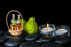 Concetto aromatico della stazione termale dei frutti del bergamotto, delle candele e dei ess delle bottiglie Immagini Stock