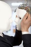 Concetto artificiale dell'uomo - clone delle tenute del robot di androide degli uomini d'affari Immagini Stock
