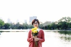 Concetto asiatico di rilassamento di freschezza del fiore della ragazza immagini stock libere da diritti