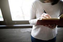 Concetto asiatico di signora Writing Notebook Diary fotografie stock libere da diritti