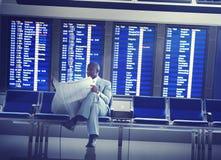Concetto aspettante di volo di Airport Business Travel dell'uomo d'affari Fotografia Stock
