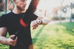 Concetto astuto di stile di vita di allenamento Atleta muscolare barbuto che fa grande che esercitano TRX fuori nel parco di esta Fotografie Stock Libere da Diritti