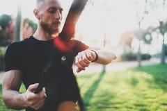 Concetto astuto di stile di vita di allenamento Atleta muscolare barbuto che fa grande che esercitano TRX fuori nel parco di esta Fotografia Stock Libera da Diritti