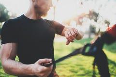 Concetto astuto di stile di vita di allenamento Atleta muscolare che fa grande che esercitano TRX fuori in parco soleggiato Giova Fotografie Stock Libere da Diritti