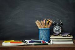 Concetto, attrezzature e rifornimenti di istruzione per lavoro su vecchio fondo di legno Immagini Stock