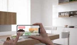 Concetto aumentato di realtà Mano che tiene applicazione digitale dell'AR di uso dello Smart Phone della compressa per controllar fotografie stock libere da diritti