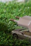 Concetto automobile elettrica/ibrida, su erba verde Fotografia Stock Libera da Diritti