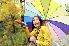Concetto autunno/di caduta - donna eccitata sotto pioggia Fotografia Stock Libera da Diritti
