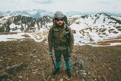 Concetto barbuto di sopravvivenza di stile di vita di viaggio di alpinismo dell'uomo fotografia stock