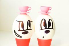 Concetto bevente del tè Due amici L'uovo è piacevole Fotografia Stock