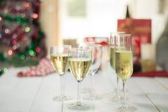 Concetto bevente della festa di Natale, vetro di champagne con il regalo b Fotografia Stock
