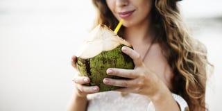Concetto bevente femminile della spiaggia della noce di cocco all'aperto Fotografie Stock