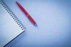 Concetto in bianco aperto dell'ufficio del quaderno della penna rossa di brio Fotografie Stock Libere da Diritti