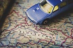 Concetto blu di viaggio del fondo dell'automobile del giocattolo della mappa della Slovacchia Immagini Stock