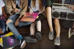 Concetto casuale di musica degli amici di unità di anni dell'adolescenza radiofonici di stile Fotografia Stock Libera da Diritti