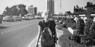 Concetto caucasico di camminata del viaggiatore della macchina fotografica di Streetside delle donne Immagini Stock