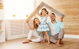Concetto che alloggia giovane famiglia Padre e bambino della madre nella nuova h fotografie stock libere da diritti