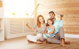 Concetto che alloggia giovane famiglia Padre e bambino della madre nella nuova h Immagini Stock